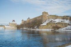 Marcowy dzień na rabatowym rzecznym Narva Granica między Estonia i Rosja Obrazy Royalty Free