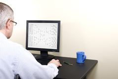 Marcowy obłąkanie mężczyzna przy komputerem w Koszulowym Uzupełnia wsporniku Fotografia Royalty Free