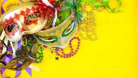 Mardi Gras över huvudet bakgrund med färgrika maskeringar och pärlor fotografering för bildbyråer