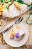 Mardi Gras: Över huvudet sikt av stycket av konungen Cake Royaltyfri Foto