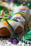 Mardi Gras: Παραδοσιακό κέικ βασιλιάδων με τις χάντρες και τα νομίσματα Στοκ Φωτογραφία