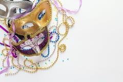 Mardi Gras bakgrund med maskeringar, pärlor och kopieringsutrymme Royaltyfria Foton