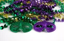 Mardi Gras Beads med maskeringar Royaltyfri Bild