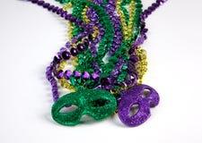 Mardi Gras Beads med maskeringar Arkivfoto