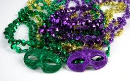 Mardi Gras Beads med maskeringar Arkivbilder