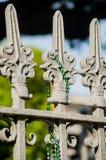 Mardi Gras Beads vert sur Fleur de Lis Fencing-New Orleans, Louisiane photos stock