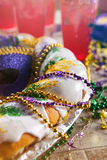 Mardi Gras: Bebidas do rei Cake With Hurricane atrás Imagem de Stock Royalty Free