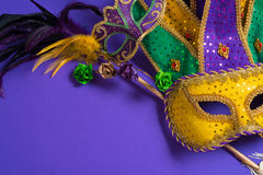 Mardi Gras of Carnaval-masker op purpere achtergrond Stock Afbeeldingen