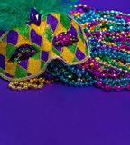 Mardi Gras of Carnaval-masker op purpere achtergrond royalty-vrije stock foto's
