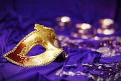 Mardi Gras colorido o el carnaval enmascara al grupo en un fondo púrpura Imagen de archivo