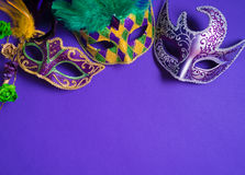 Mardi Gras eller karnevalmaskering på purpurfärgad bakgrund Arkivfoton