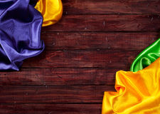 Mardi Gras: Färgrik torkdukebakgrund arkivfoto