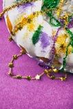 Mardi Gras: Färgrikt papper för konung Cake On Purple Arkivfoton