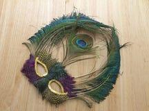Mardi Gras Feather Mask Dusty auf der Tabelle weggeworfen Lizenzfreie Stockbilder