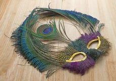 Mardi Gras Feather Mask Dusty på den vibrerande tabellen Fotografering för Bildbyråer