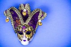 Mardi Gras festival Venetian karnevalmaskering för lyxig maskerad på purpurfärgad bakgrund Royaltyfria Bilder