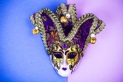 Mardi Gras festival Venetian karnevalmaskering för lyxig maskerad på purpurfärgad bakgrund Royaltyfri Fotografi