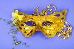 Mardi Gras festival Venetian karnevalmaskering för lyxig maskerad på purpurfärgad bakgrund fotografering för bildbyråer