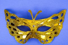 Mardi Gras festival Venetian karnevalmaskering för lyxig maskerad på purpurfärgad bakgrund royaltyfri bild