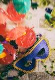 Mardi Gras: Foco en máscara del partido con las bebidas y las gotas alrededor Fotografía de archivo libre de regalías