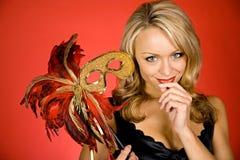 Mardi Gras: Halten einer mit Federn versehenen Maske Stockbild