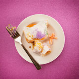 Mardi Gras: König Cake Slice With Toy Jesus From Inside Lizenzfreie Stockfotografie