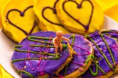 Mardi Gras kakor med behandla som ett barn Royaltyfria Foton
