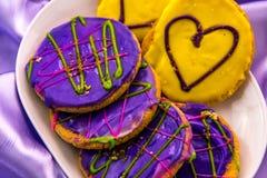 Mardi Gras kakor med isläggning och garneringar Fotografering för Bildbyråer