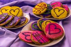 Mardi Gras kakor med isläggning och garneringar Arkivbild