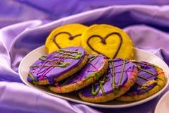 Mardi Gras kakor med isläggning och garneringar Arkivbilder