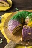 Mardi Gras King Cake colorido caseiro fotos de stock royalty free