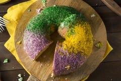 Mardi Gras King Cake colorido caseiro fotografia de stock royalty free