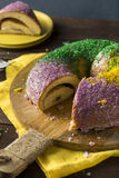 Mardi Gras King Cake colorido caseiro foto de stock