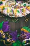 Mardi Gras: Máscara, sombrero y tiara de rey Cake With Party Fotos de archivo