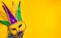 Mardi Gras Mask en fondo amarillo Fotos de archivo libres de regalías