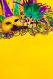 Mardi Gras Mask på gul bakgrund Arkivbilder