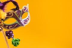 Mardi Gras Mask på gul bakgrund Arkivfoto