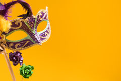 Mardi Gras Mask sur le fond jaune Photo stock