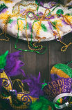 Mardi Gras: Maskering, hatt och tiara för konung Cake With Party arkivfoton