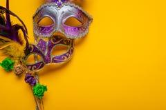 Mardi Gras maskering med pärlor på en gul bakgrund royaltyfri fotografi