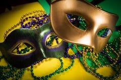 Mardi Gras maskering med pärlor på en gul bakgrund fotografering för bildbyråer
