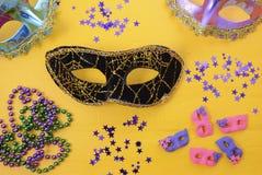 Mardi Gras maskeringar med partigarneringar royaltyfri fotografi