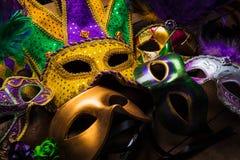 Mardi Gras maskeringar på en mörk bakgrund royaltyfri foto