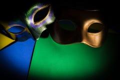 Mardi Gras maskeringar på en mörk bakgrund royaltyfria foton
