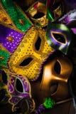 Mardi Gras maskeringar på en mörk bakgrund royaltyfri bild