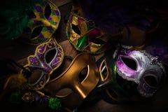 Mardi Gras maskeringar på en mörk bakgrund arkivbild