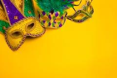 Mardi Gras Masks på gul bakgrund Arkivfoto