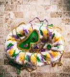 Mardi Gras: Obenliegende Ansicht der Maske auf König Cake Lizenzfreie Stockfotografie