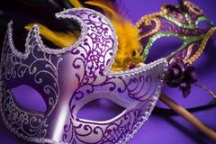 Mardi Gras oder Karnevalsmaske auf purpurrotem Hintergrund Stockbild