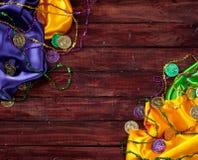 Mardi Gras: Paños y fondo coloridos de la baratija del partido Imagen de archivo